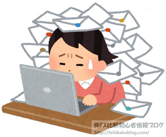 大量のメールに埋もれるパソコン操作中の女性