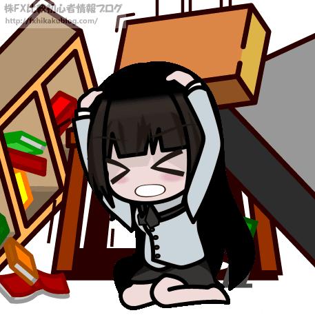 地震で家具が倒れ、頭を押さえてしゃがむ女性 女の子